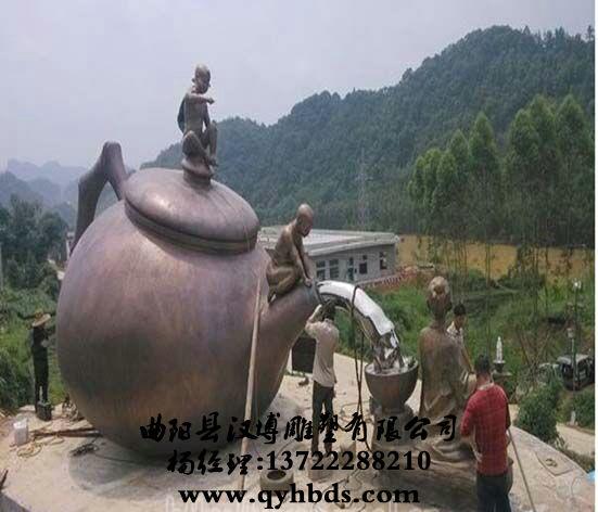 广场茶壶雕塑安装现场